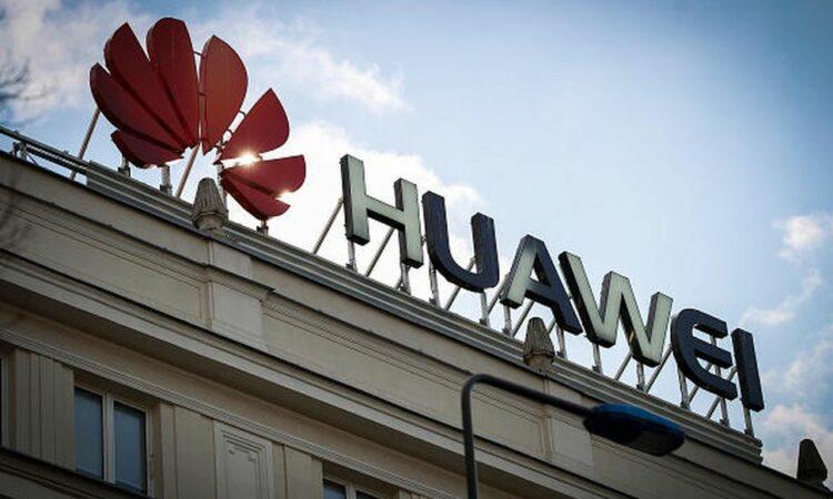 Huawei logo og tekst på bygning